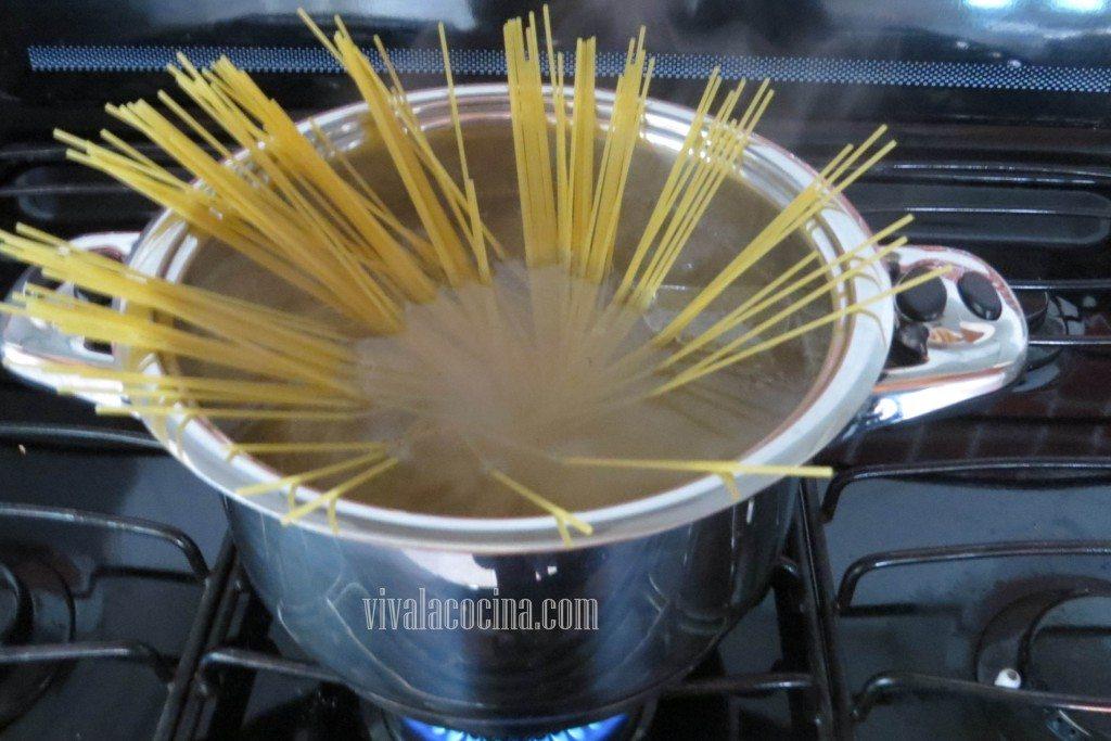 Cocinar la Pasta. Cocer los espagueti