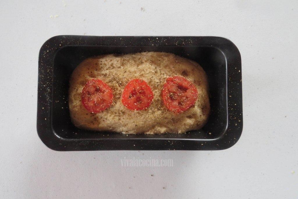 Colocar el Tomate en rodajas para decorar el pan