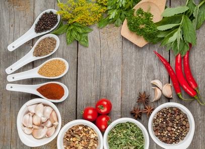 Hierbas arom ticas para cocinar c mo usarlas y su papel for Plantas aromaticas para cocinar