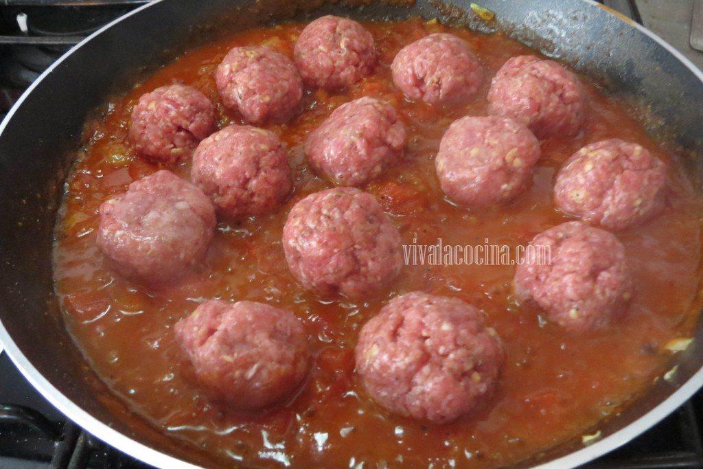 Cociendo las albóndigas en la salsa de tomate