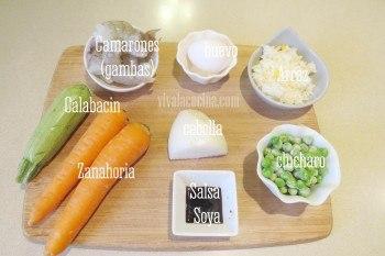 Ingredientes para el arroz frito con camarones