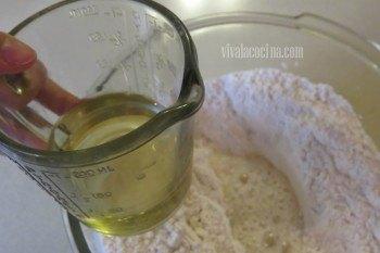 Añadir el Aceite para la masa del Calzone