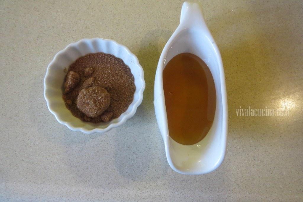 Preparar el Jarabe con azúcar mascabado y miel
