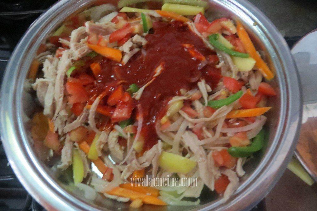 Agregar la salsa que hicimos con el Chile guajillo
