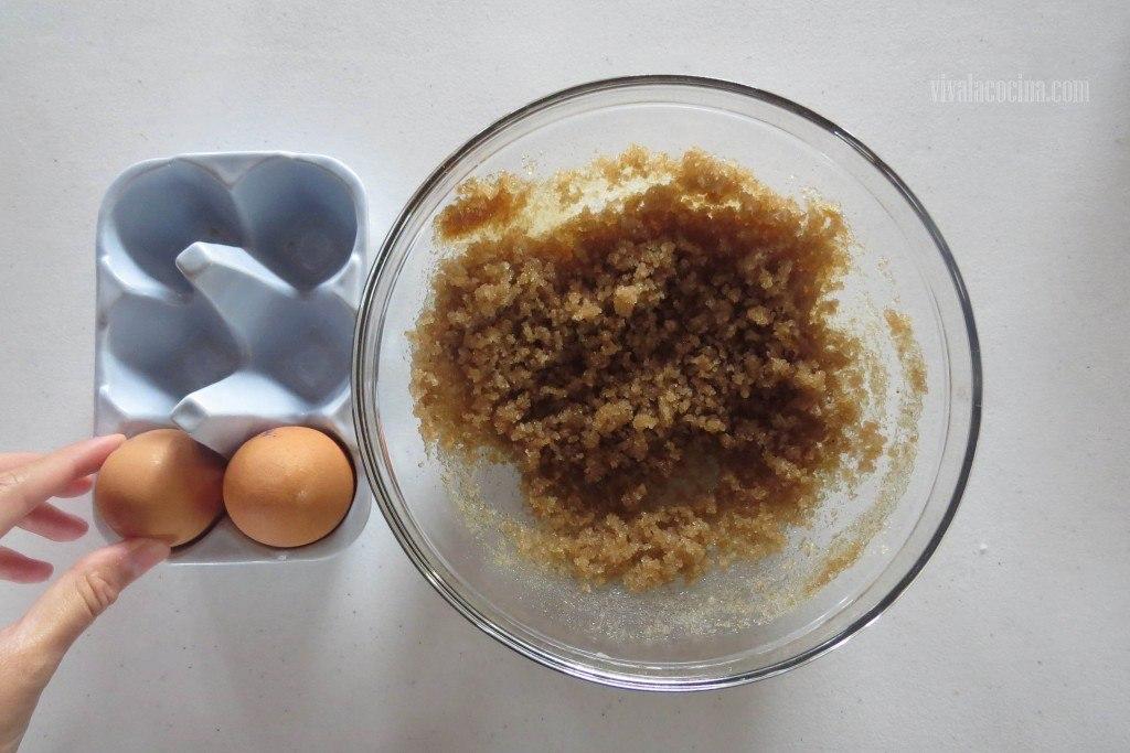 Segundo paso de la receta de Panqué de plátano y calabaza: Agregar el Huevo