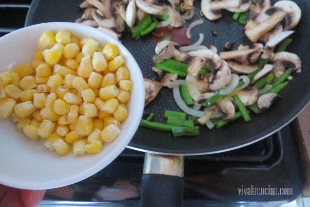 Agregar el Maiz o elote con los champiñones y las verduras