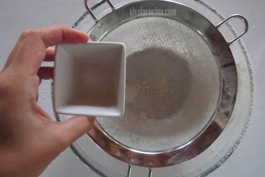 Volteado de piña y frambuesas: Cernir la Sal