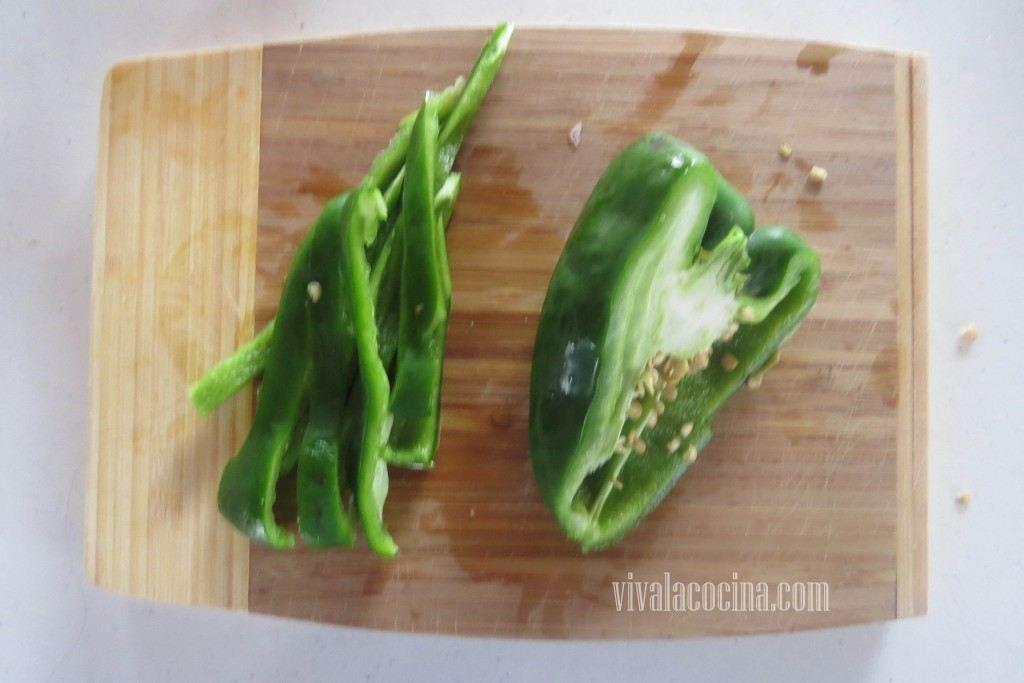Tercer paso de la receta de pierna de cerdo con chile guajillo: Picar el Poblano