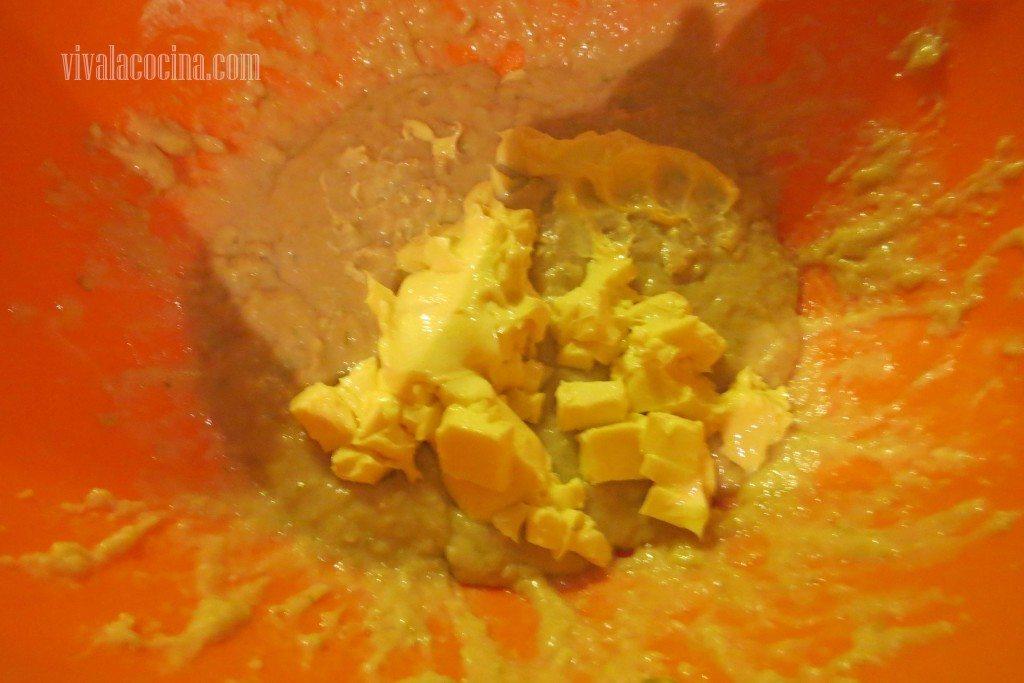 Preparando la receta del Pan de Muerto Mexicano: Agregar la Mantequilla