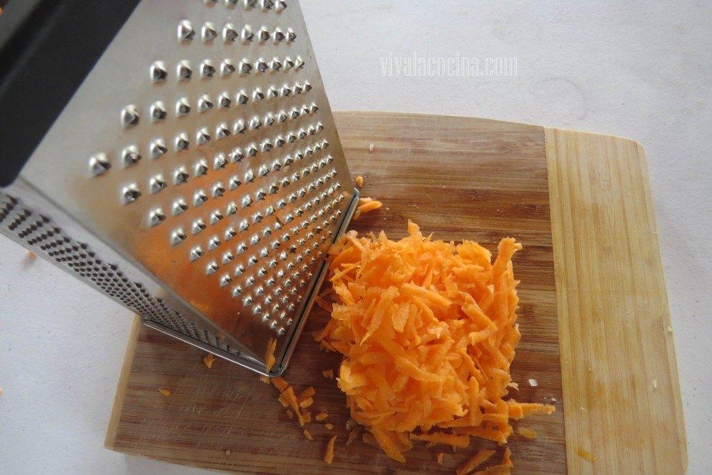 Preparando el relleno para los Chiles: Rallar la Zanahoria
