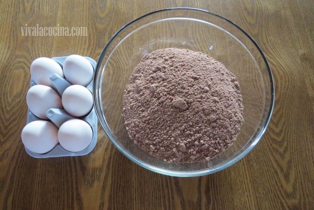 Agregar el Huevo al mezcla de harina para el bizcocho