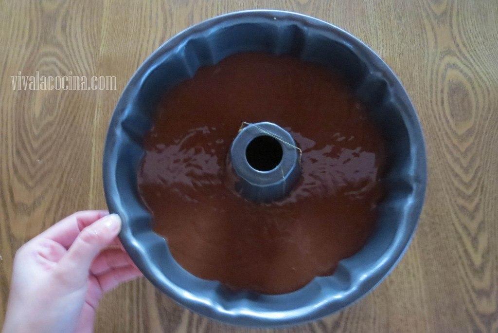 Agregar el Pastel. Poner en el molde la mezcla para el bizcocho