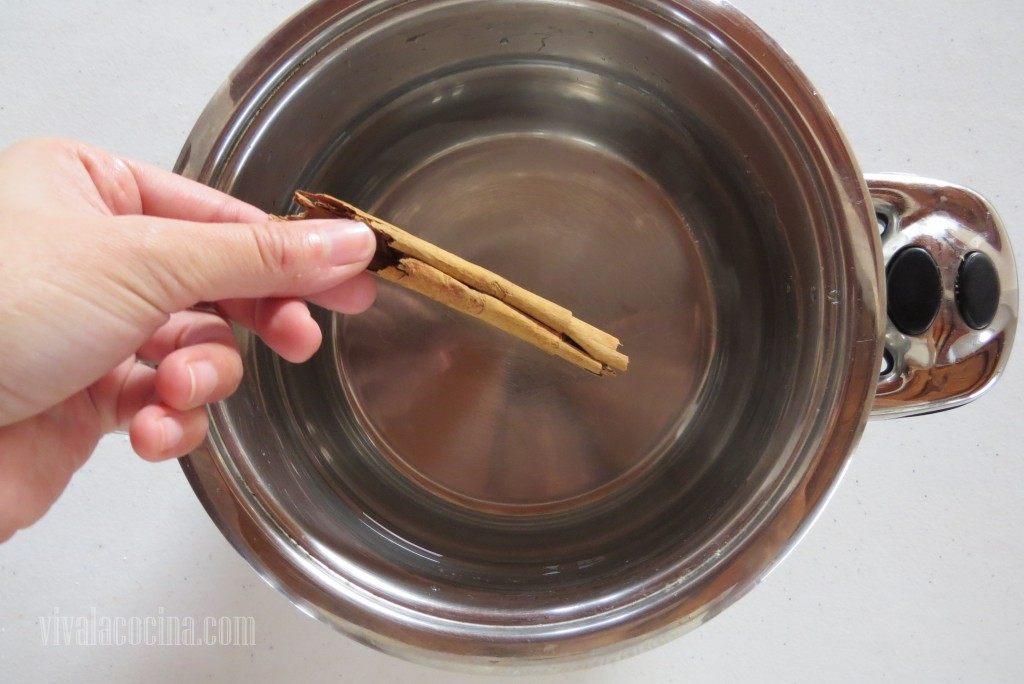 Colocar en una cacerola el agua, azúcar y la canela