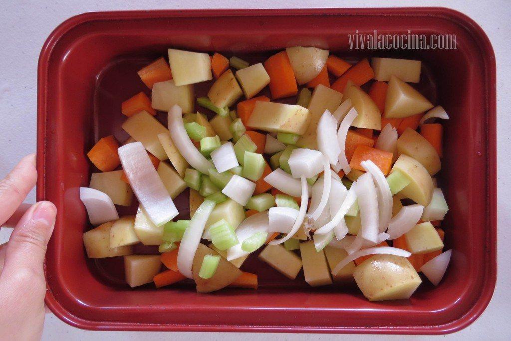 Colocar todas las verduras en un molde o refractario para el horno