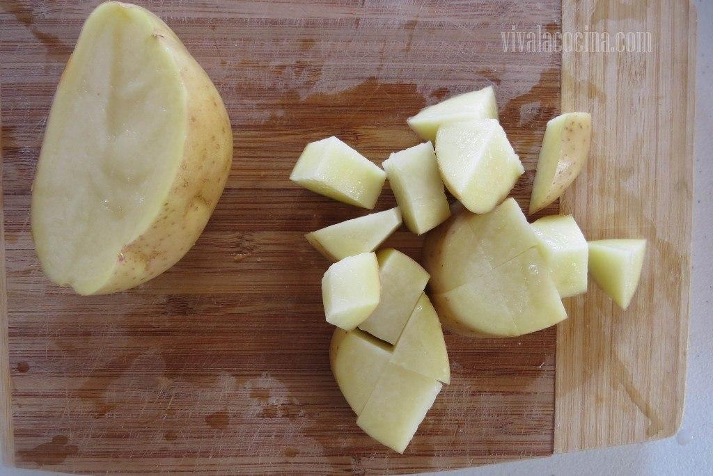 Picar la papa o patata en trozos medianos