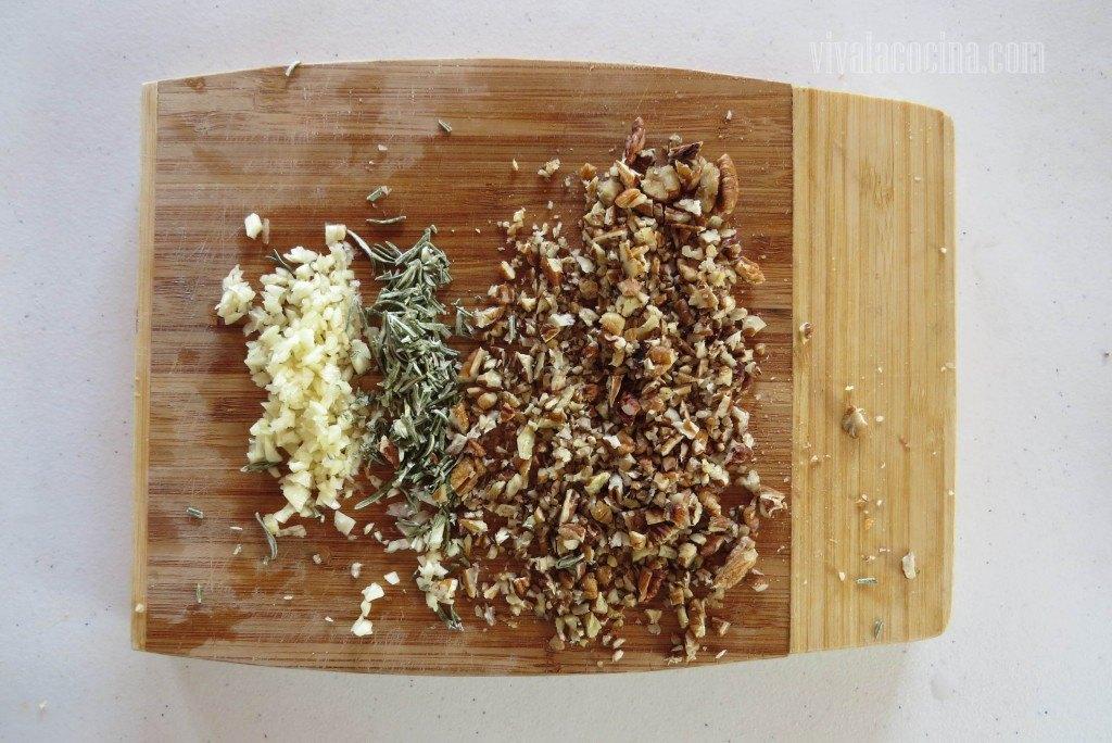 Picar muy fino el ajo, la nuez y el romero