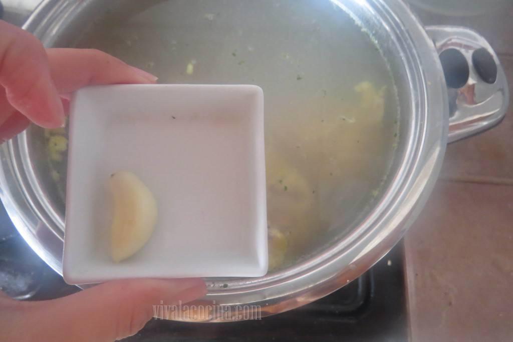 Cocer la pechuga, colocar en agua hirviendo con sal y un diente de ajo