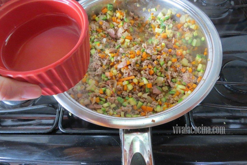 Cómo hacer la salsa de ragú paso a paso: Añadir el Vino