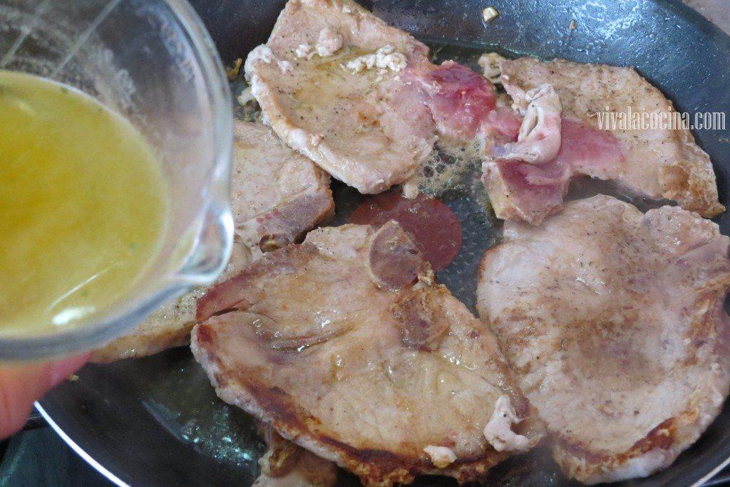 Agregar el Consomé a las chuletas de cerdo