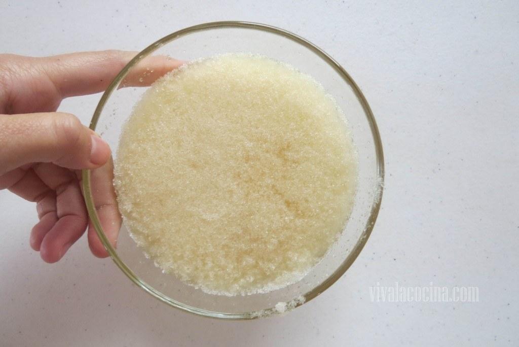 Esponjar la Grenetina para hacer la gelatina de Melón