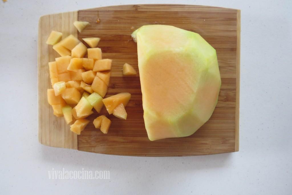 Retirar la piel del melón y cortarlo, picar el melón en cubos o dados