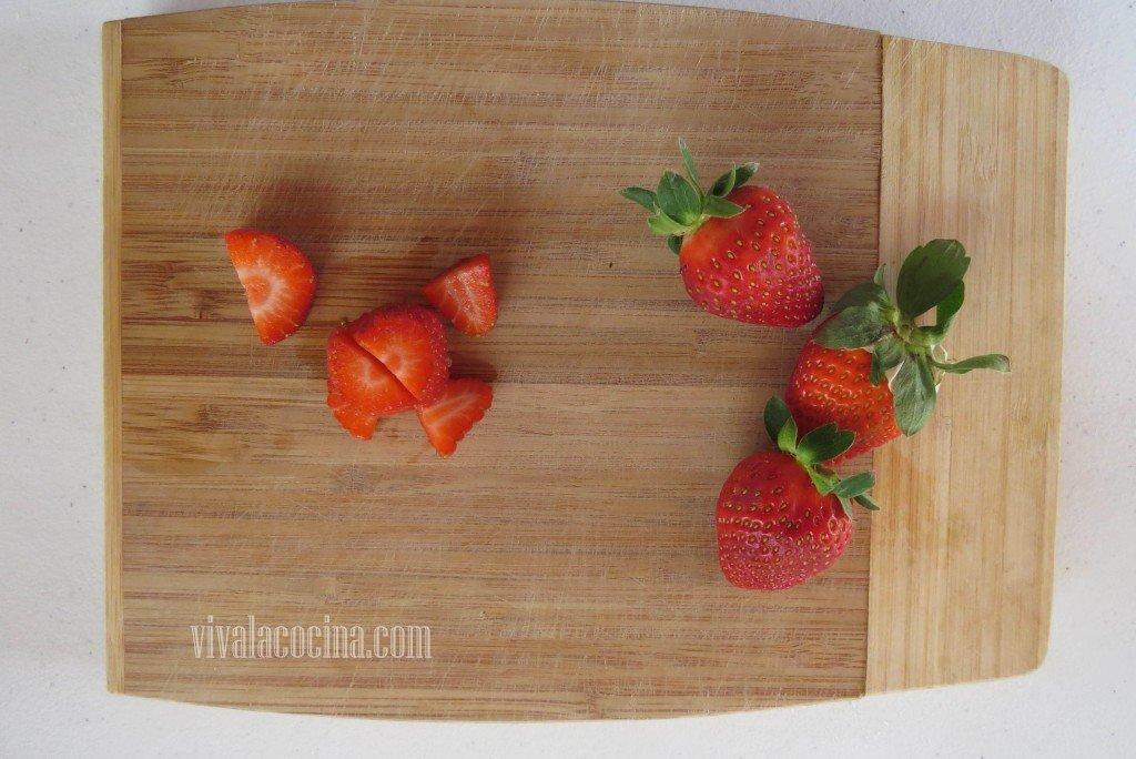 Picar algunas fresas y reservar otras enteras para decorar