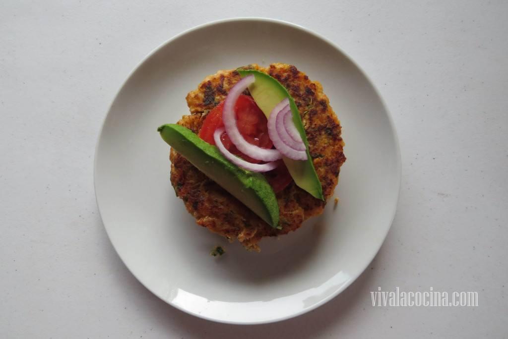 Colocar Verduras sobre la hamburguesa de Camarón