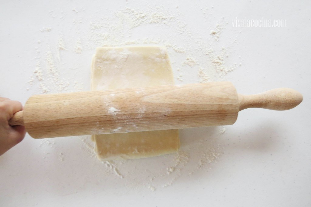 Estirar el hojaldre, corta la masa en dos partes para utilizar una como la base y otra para la cobertura del pay de panela.