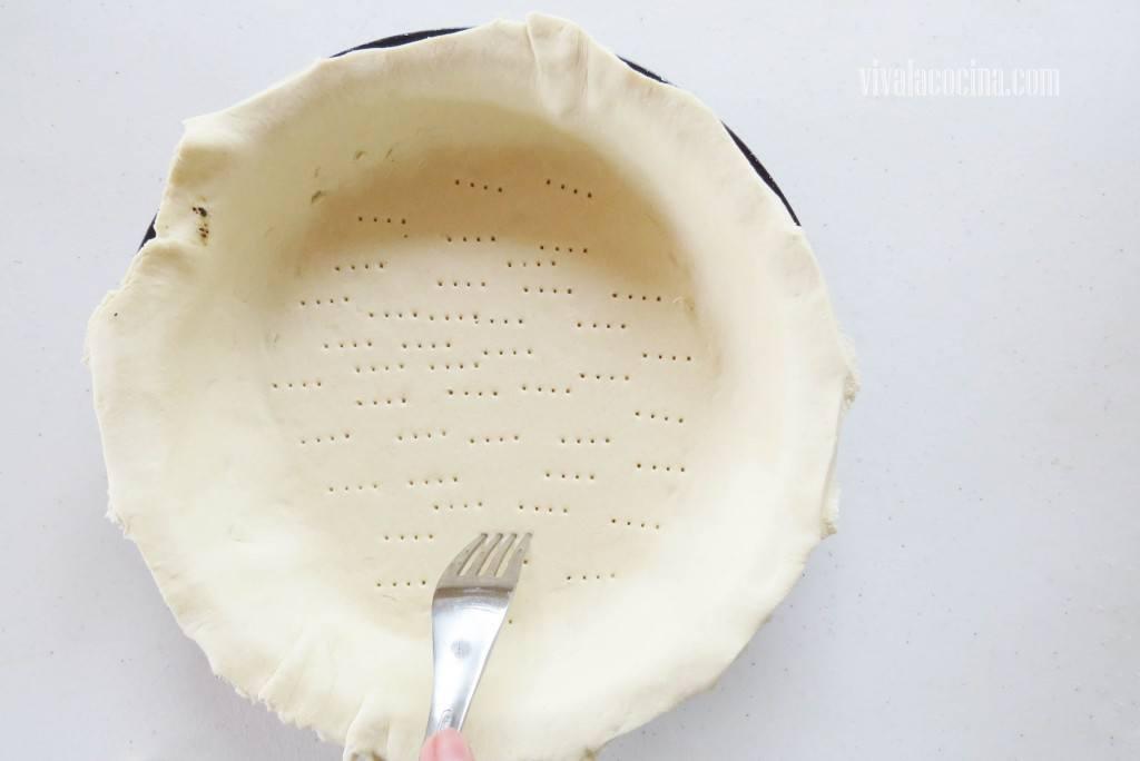 Picar con el Tenedor el hojaldre para hacer varios agujeros
