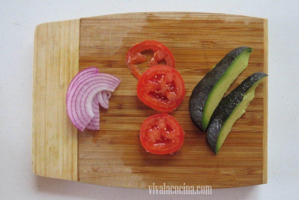 Filetear la Cebolla, el aguacate y el tomate