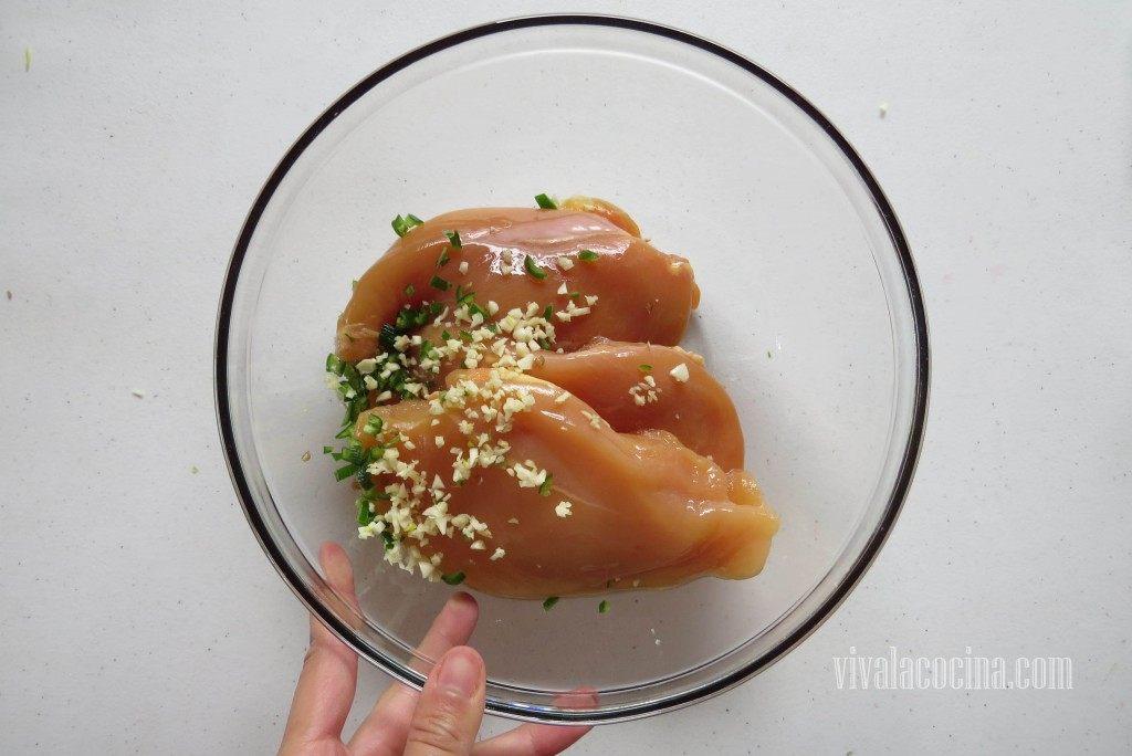 Agregar el ajo picado y el chile serrano picado al bowl
