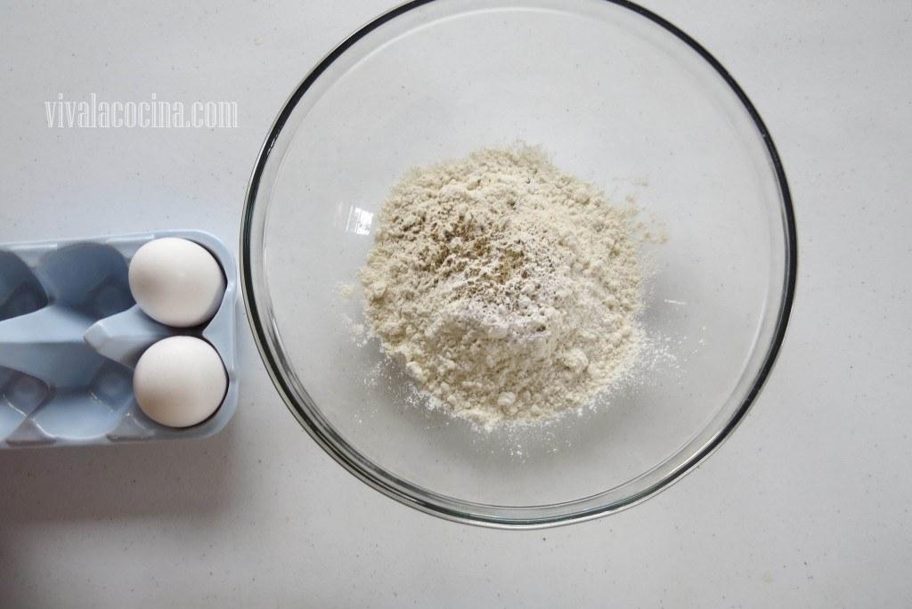 Agregar el huevo y combinar todo muy bien hasta tener una masa algo espesa y ligeramente grumosa