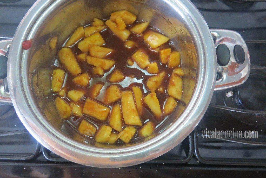 Agregar la Piña para que se cocine con la salsa