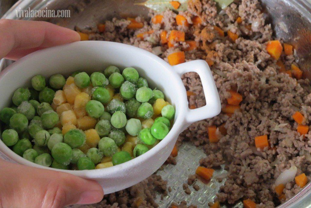 Agregar los Chícharos o guisantes con el maíz amarillo