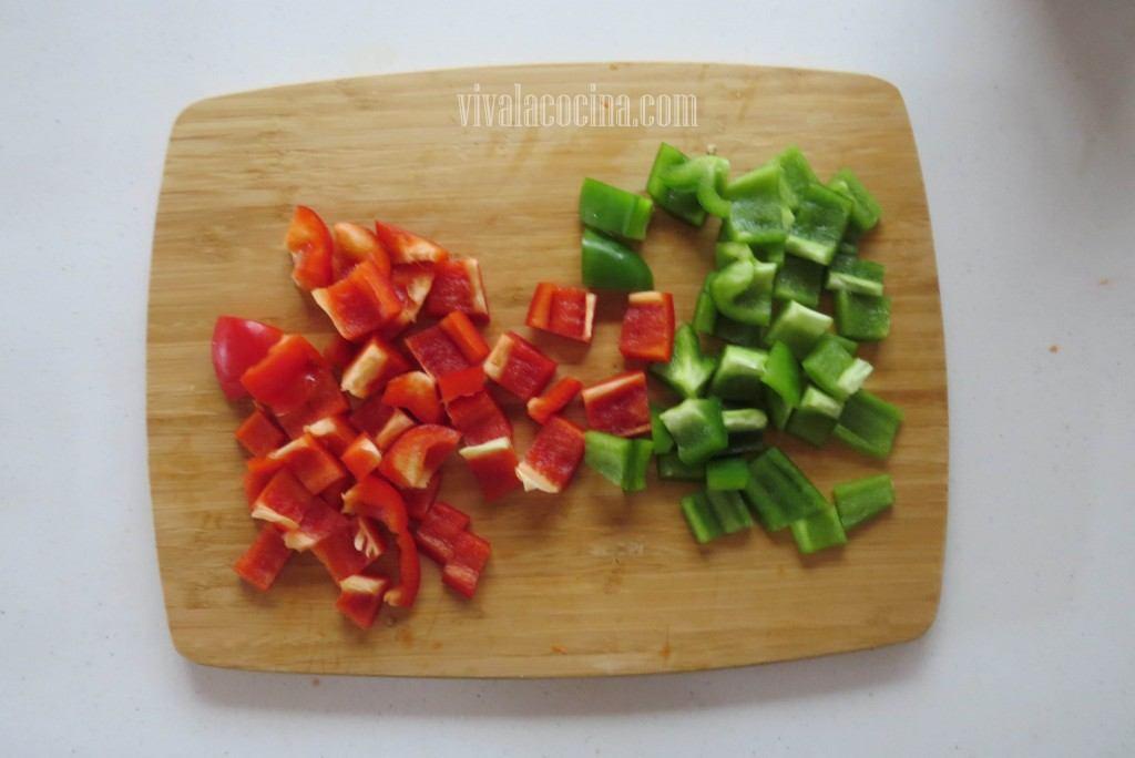 Picar el Pimiento rojo y verde del mismo tamaño que el pollo