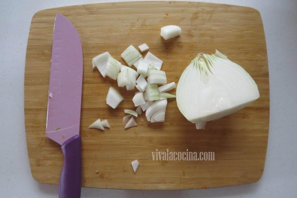 Picar la cebolla de la misma forma que los hicimos con los pimientos