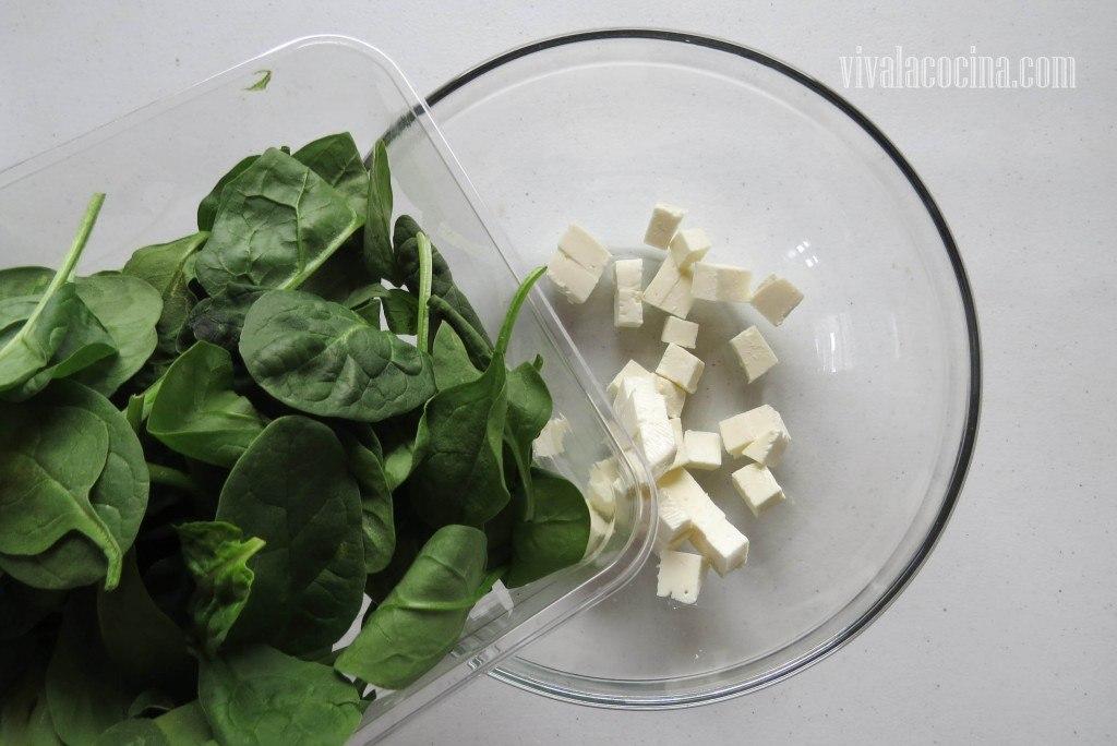 Combinar el queso panela con las espinacas