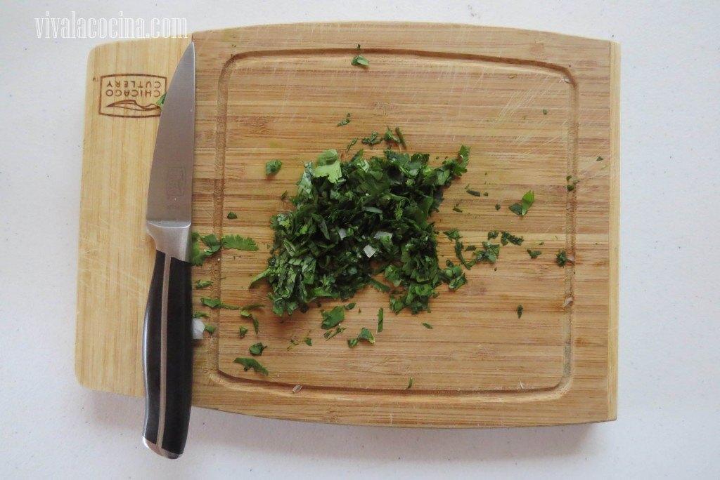 Agregar la cebolla picada finamente y el cilantro picado también muy finamente