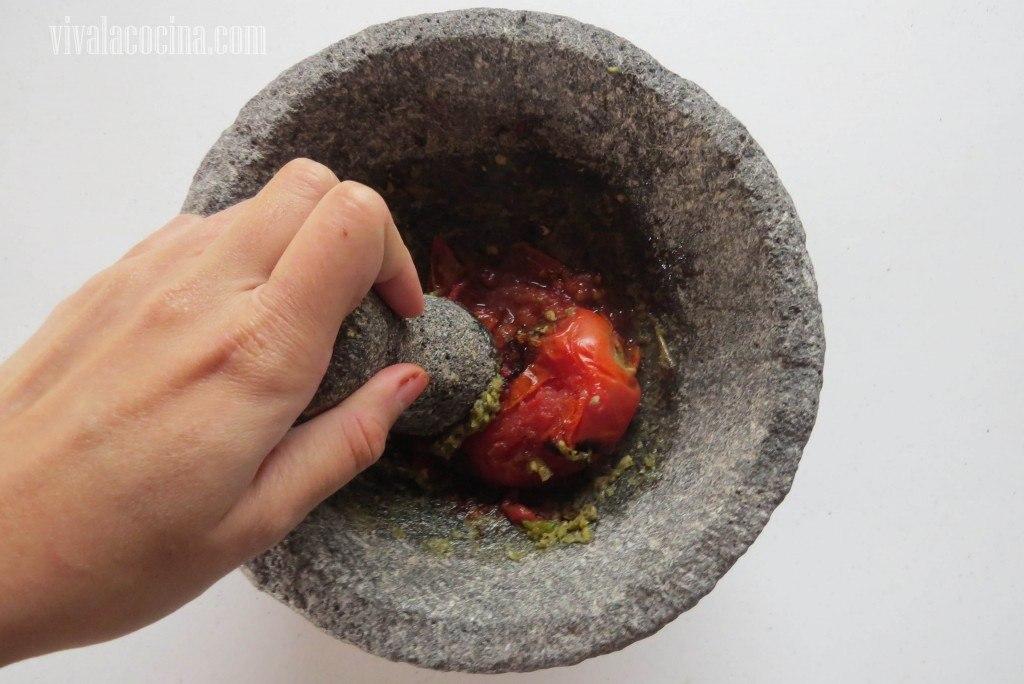 Triturar el ajo y el tomate con un poco de sal en el molcajete