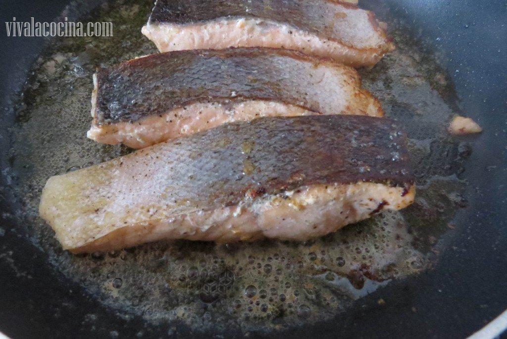 Verter el aceite de oliva y la mantequilla en una sartén  grande y calentar hasta que la mantequilla se funda