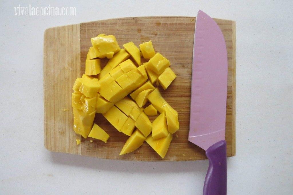 Pelar y picar el mango, cortar el mango en cubos o dados