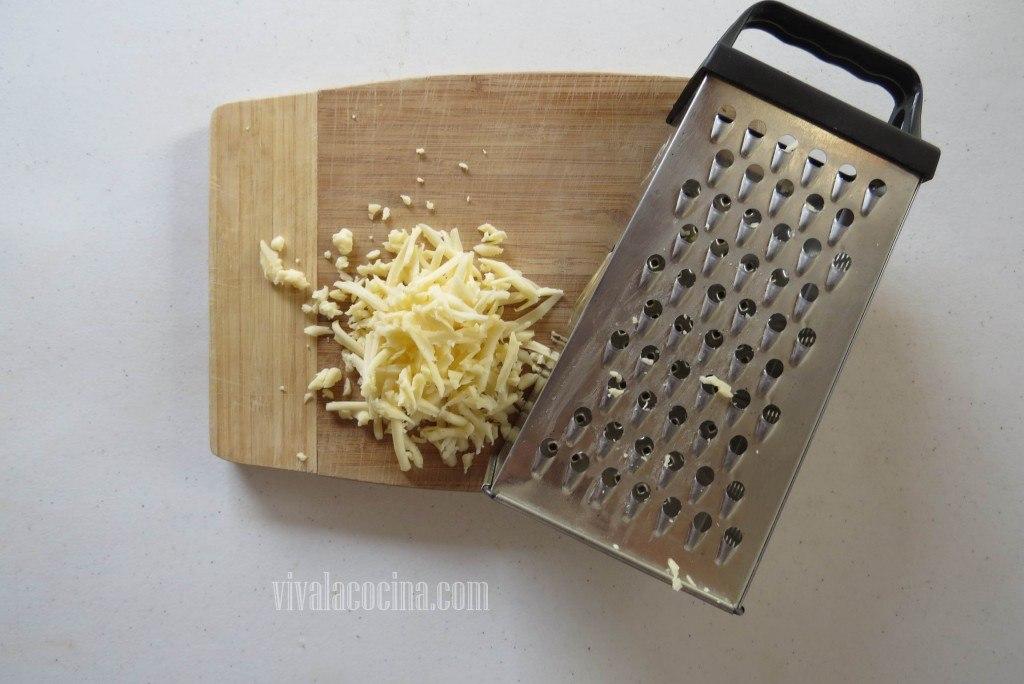 Rallar el queso manchego e incorporar a la salsa con los camarones o gambas