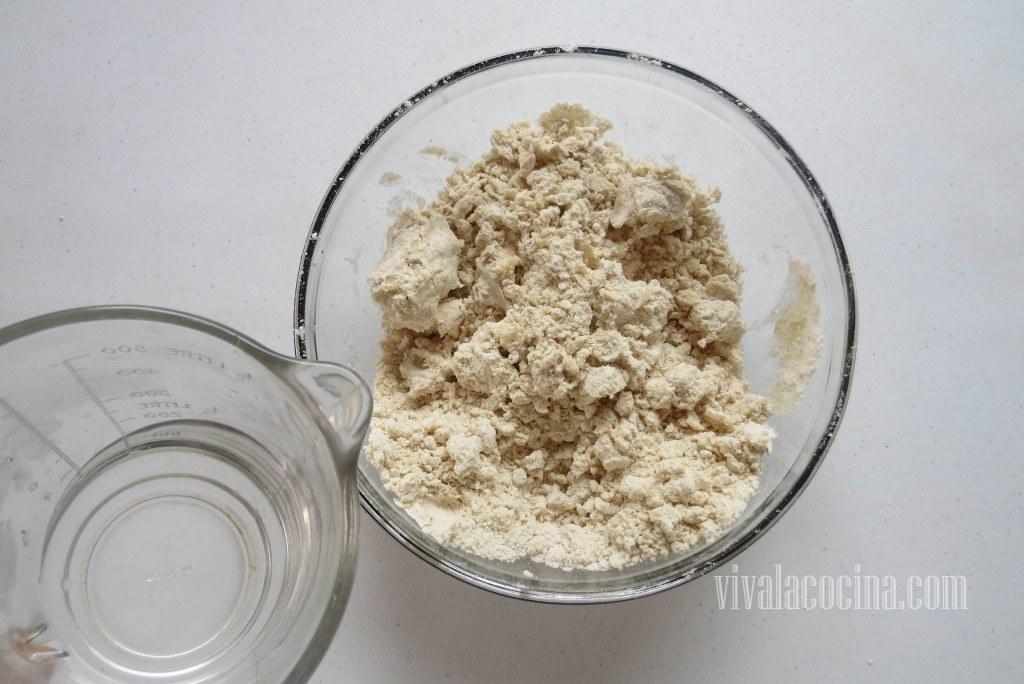 Preparando la masa de empanadas: Agregar el Agua poco a poco