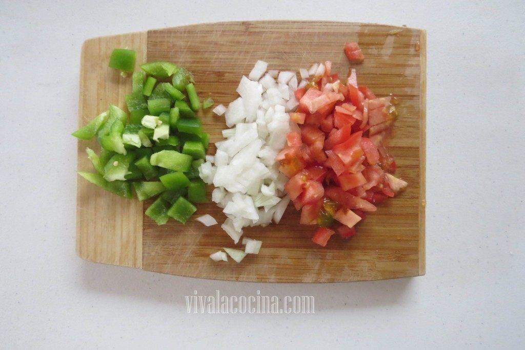 Picar las Verduras: pimiento, cebolla y tomate