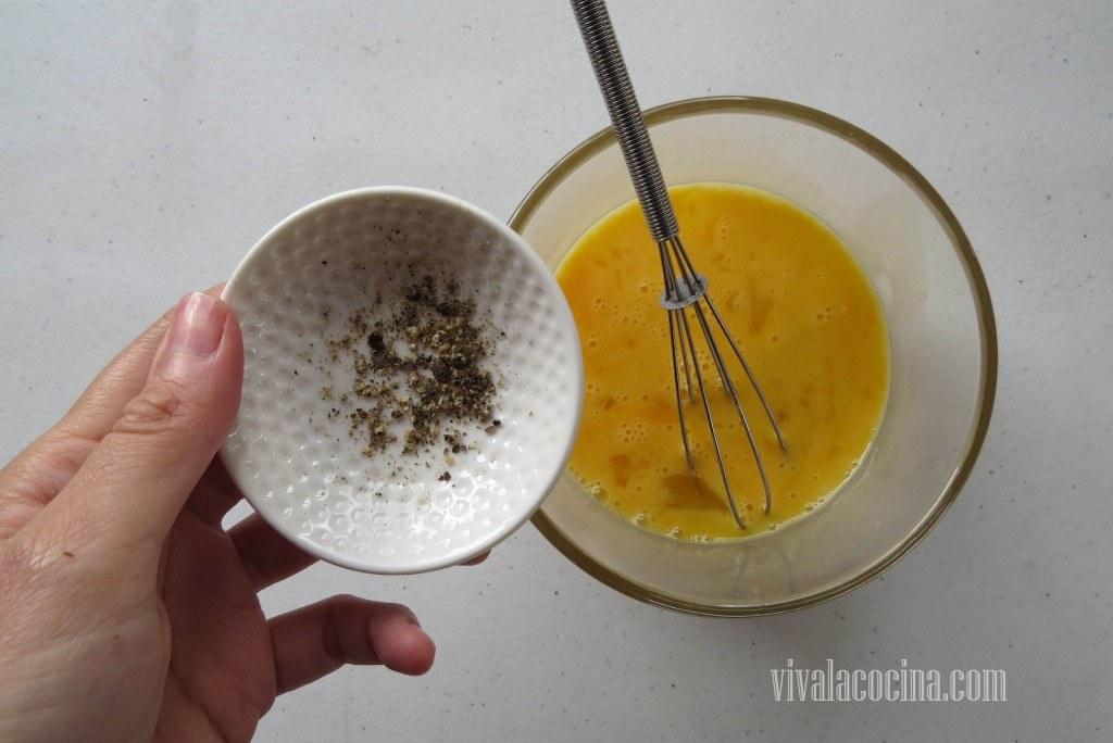 Añadir Pimienta al huevo batido para darle mas sabor al rebozado.