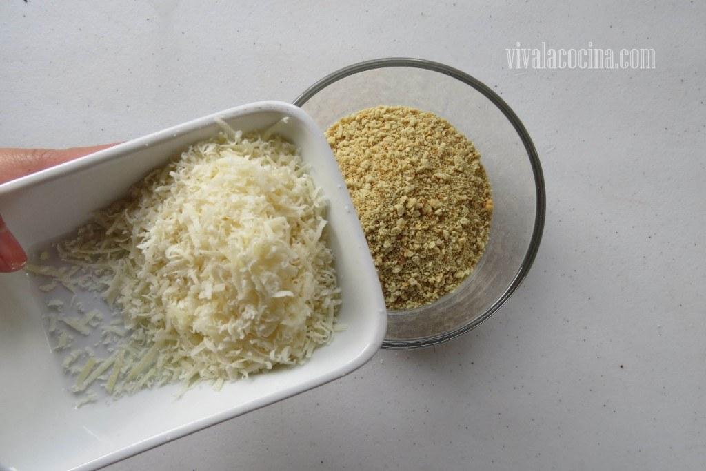 Mezclar el pan rallado con el queso parmesano