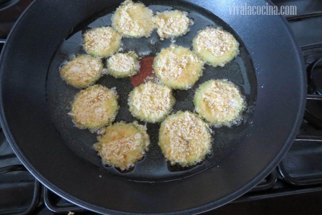 Freír en el aceite caliente las rodajas de calabacín empanizadas hasta que tengan un color dorado