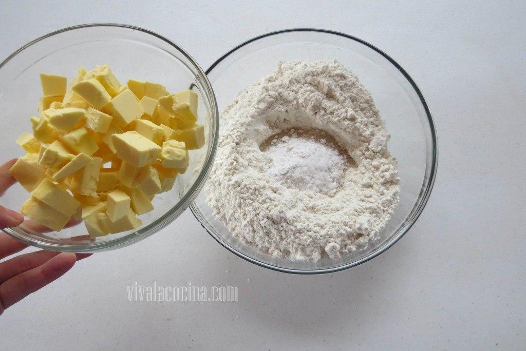 Integrar la mantequilla poco a poco con el resto de los ingredientes