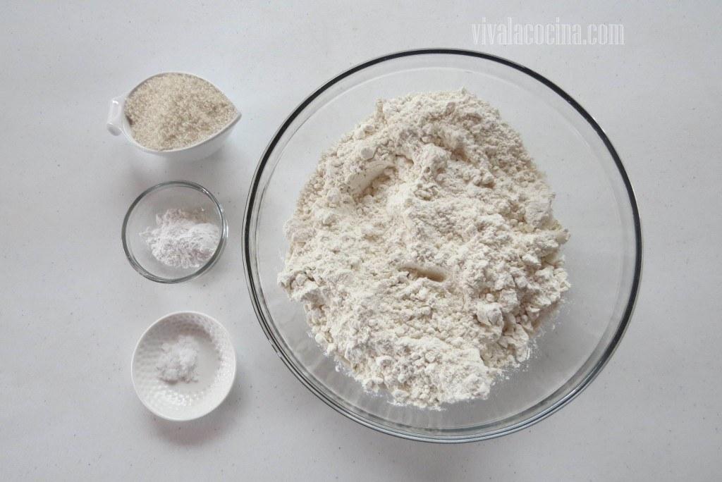 Mezclar los Polvos: formar un volcán con la harina o colocar en un bowl profundo