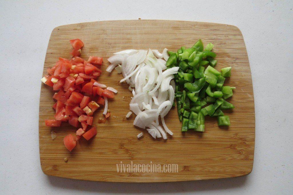 Picar las Verduras: tomate, cebolla y pimiento